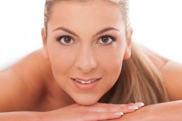日化粧を持つ女性のクローズアップの肖像画