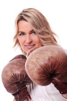 Портрет счастливой пожилой женщины с боксерскими перчатками