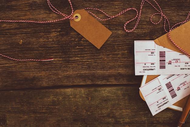 木製の背景のチケット