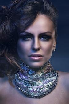 Красивая женщина с большим ожерельем