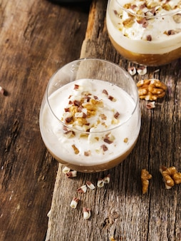 カップにアイスクリームとアフォガートコーヒー