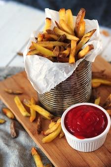 Картофель фри и кетчуп