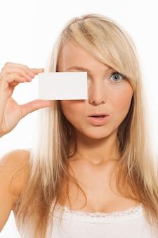 空のカードを持つ若い魅力的な女性