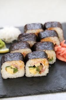 Вкусные суши подаются на стол