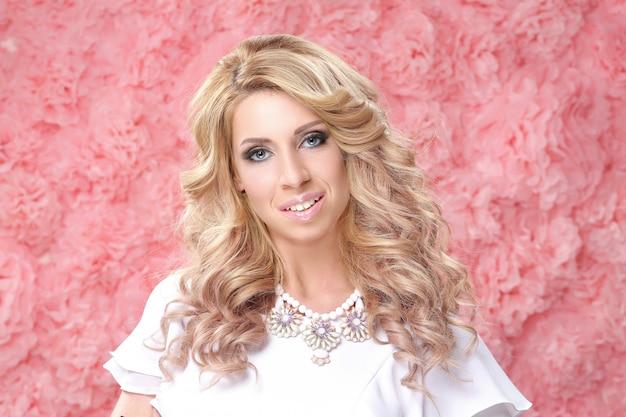 Шикарный портрет взрослой блондинки