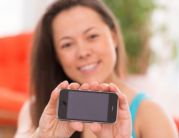 スマートフォンを持つ若い美しい女性