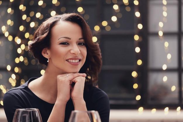 Женщина в ресторане позирует