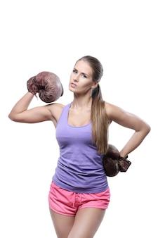 Привлекательная женщина боксер с боксерскими перчатками