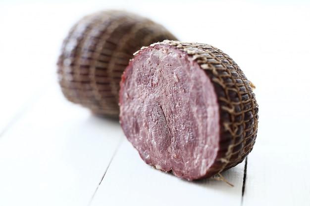食べ物、肉。テーブルの上のおいしいソーセージ