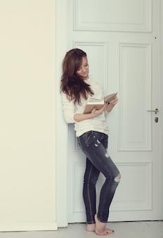 本を持つ女性