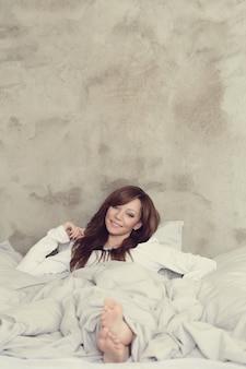 ベッドで横になっている美しい女性