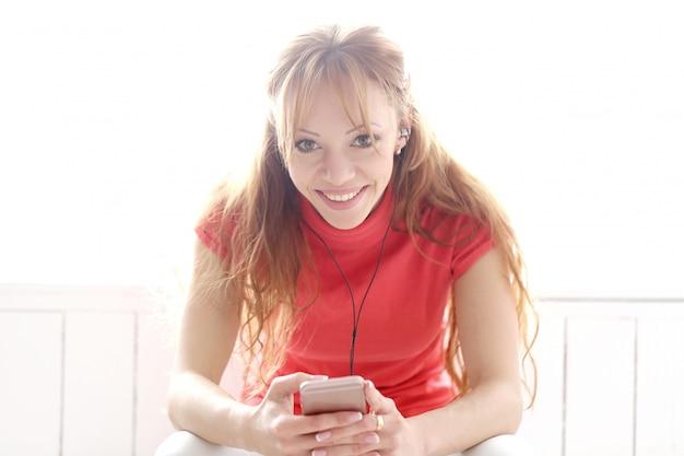 Счастливая женщина прослушивания музыки в наушниках