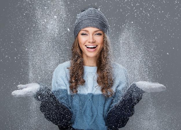 Милая девушка со снежинками развлекается
