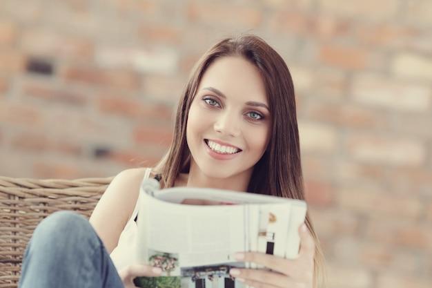 素敵な若い女性の肖像画