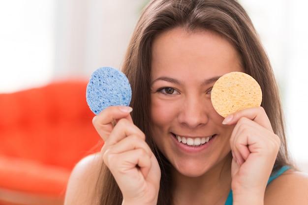 Молодая женщина с косметическими подушками