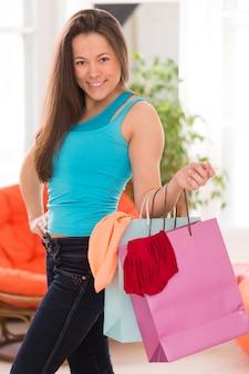 買い物袋を持つ若い美しい女性