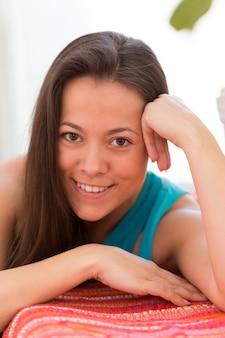 自宅で若い美しい女性