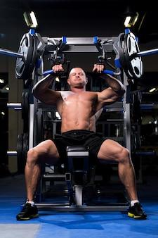 Мускулистый мужчина в тренажерном зале