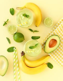 Смузи с авокадо, бананом и лаймом