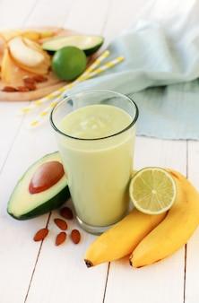 Смузи с авокадо и бананом