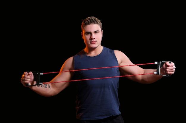 Мужской спортсмен с натяжкой