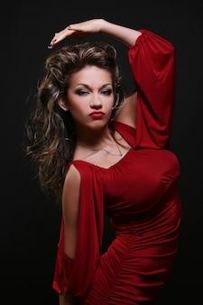 赤いドレスの巻き毛の髪の女性