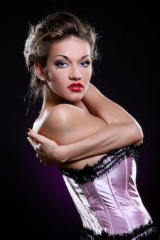 Блондинка модель в розовом лифчике