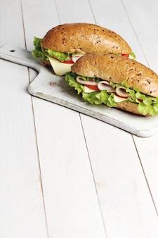ハムと緑のサンドイッチ