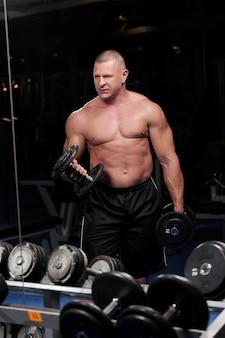 ジムでハンサムな筋肉男