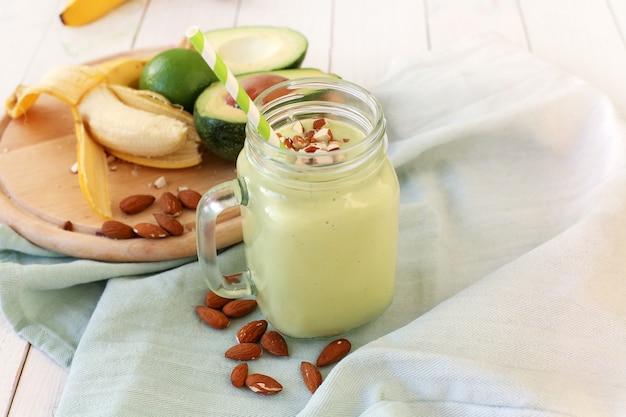 ガラスの瓶にバナナアボカドのスムージー
