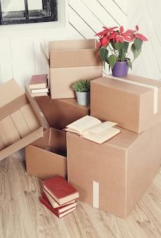 配達の準備ができている宅配便の小包