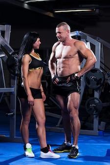 Пара работает в тренажерном зале