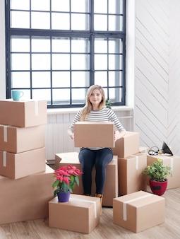 出荷または移動の準備ができている貨物パッケージを持つ女性