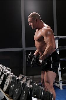 Красивый мускулистый мужчина в тренажерном зале