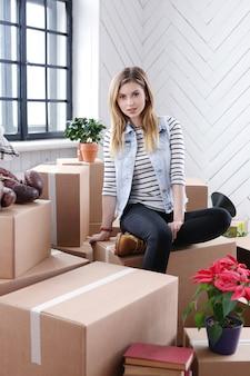 女性は貨物パッケージを使い終え、発送または移動する準備ができています