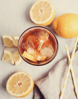 Ледяной чай с лимонами