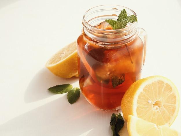 Баночка холодного чая с лимоном