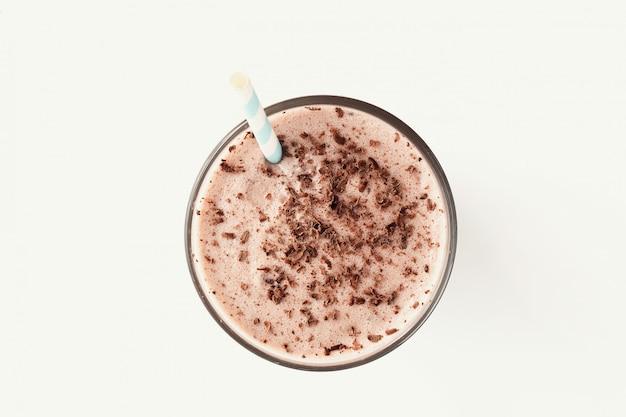 ストローでチョコレートのミルクセーキ