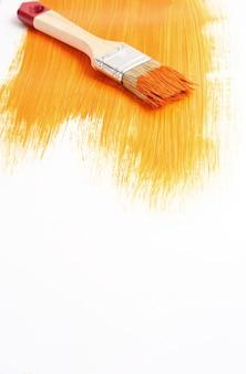 液体塗料でペイントブラシ