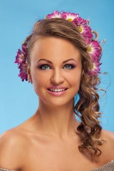 Красивая кавказская женщина с цветами в волосах