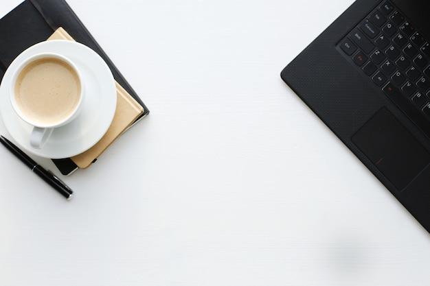 Рабочее место с компьютером и чашкой кофе