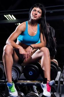 Красивая женщина работает в тренажерном зале