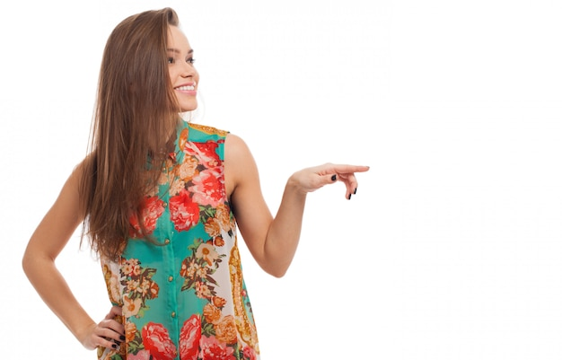 Молодая счастливая женщина показывает что-то