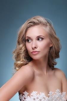 Привлекательная белокурая женщина