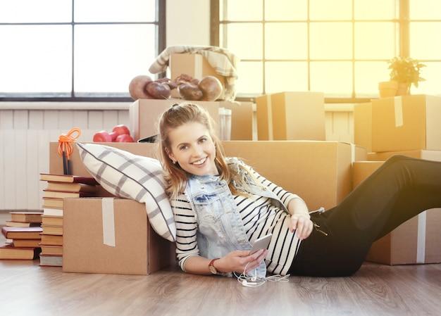 Молодая женщина распаковывает коробки