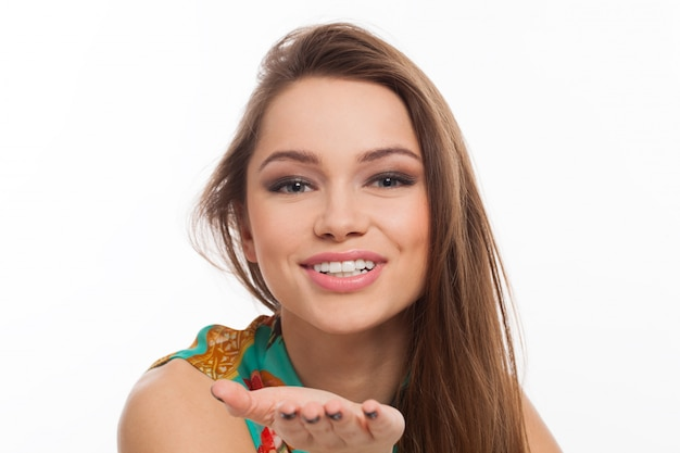 美しい若い女性がキスを送る
