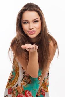 Красивая молодая женщина отправить поцелуй