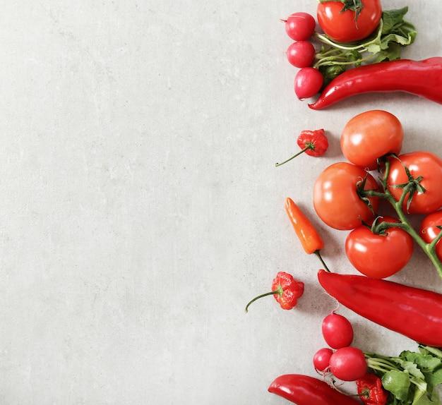 灰色の表面に新鮮な野菜