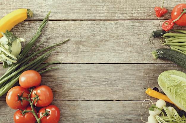 木製のテーブルでの新鮮野菜