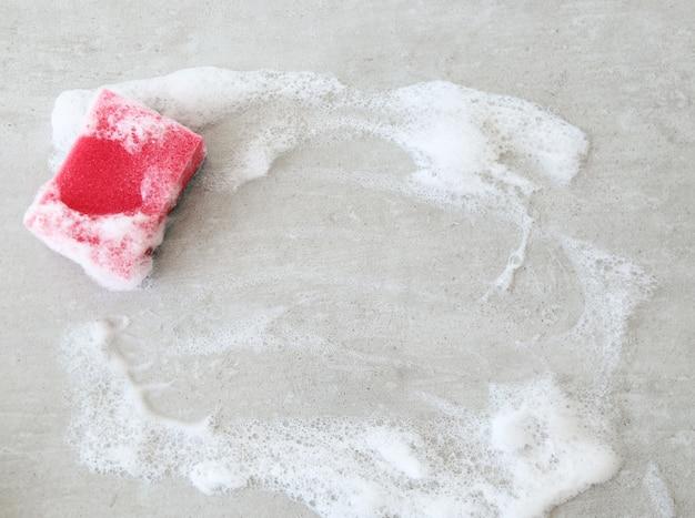泡が付いているピンクのスポンジ